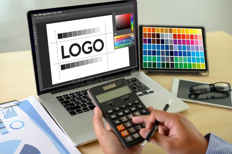 Kreativer Designer Graphic bei der Arbeit , Grafikdesigner des Illustrators, der digitale Tablette und Computer Farbmusterproben  lizenzfreie stockfotografie
