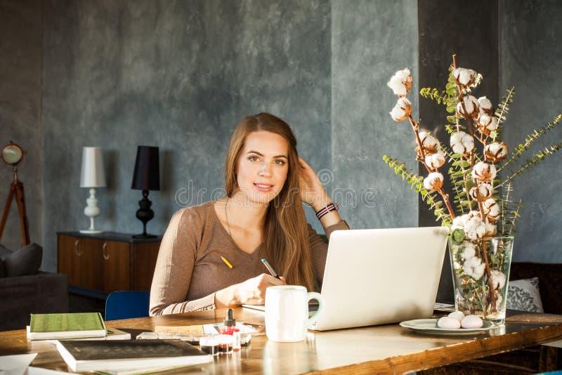 Kreativer Designer Woman Using Laptop und Grafik-Tablet bei Offi lizenzfreies stockfoto