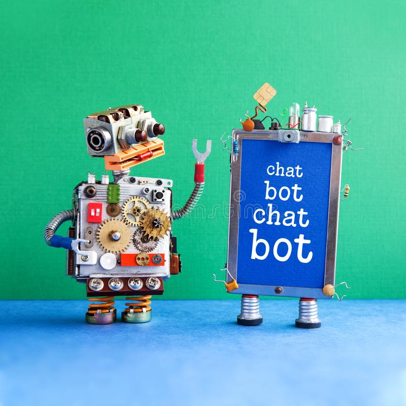 Kreativer Entwurfsroboter und Smartphonegerät mit Mitteilung Schwätzchen Bot auf blauem Schirm Plakat künstlicher Intelligenz Cha stockfoto