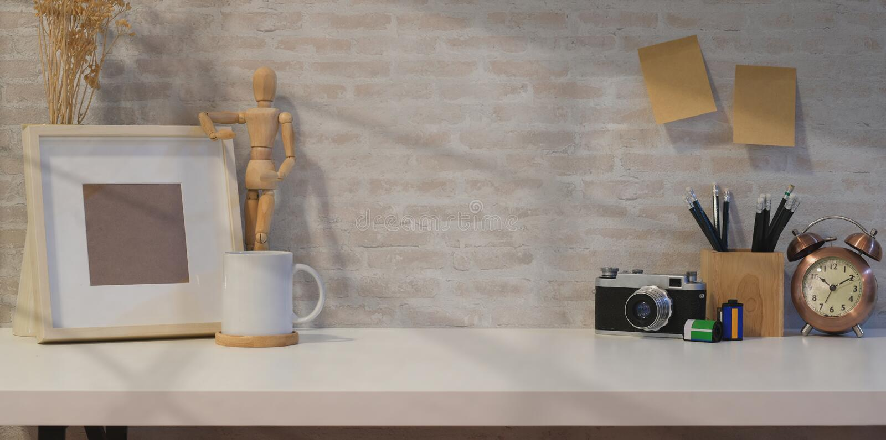 Kreativer Fotografarbeitsplatz mit Spott herauf Rahmen lizenzfreies stockfoto