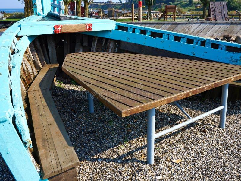 Kreativer Freienpicknickgartentisch gemacht innerhalb eines alten hölzernen stockfotografie