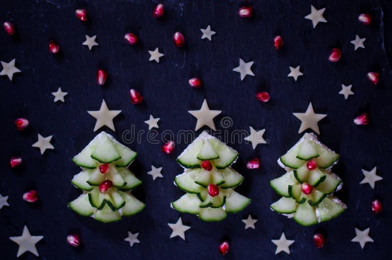 Kreativer, gesunder Weihnachtsimbiß für Kinder Feiertagsfrühstück stockfotografie
