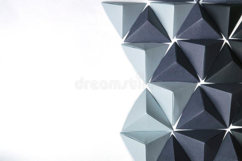Kreativer Hintergrund baute mit den schwarzen und grauen Origamitetraeder zusammen lizenzfreie stockfotos