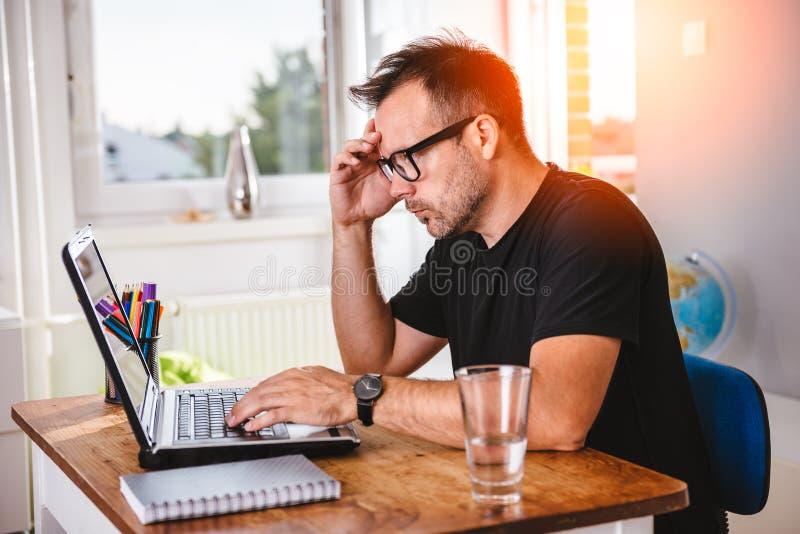 Kreativer Mann, der am Computer arbeitet lizenzfreie stockbilder