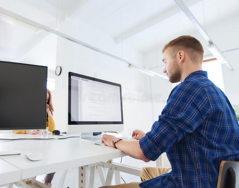 Kreativer Mann oder Programmierer mit Computer im Büro stockbild