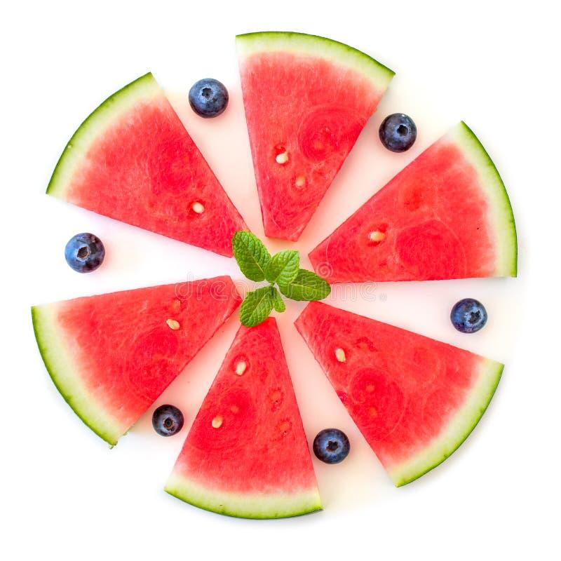 Kreativer Plan mit den Wassermelonenscheiben und -blaubeeren lokalisiert lizenzfreies stockfoto