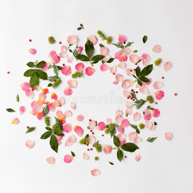 Kreativer runder mit Blumenrahmen mit den rosafarbenen Blumenblättern und den Grünblättern lizenzfreies stockbild