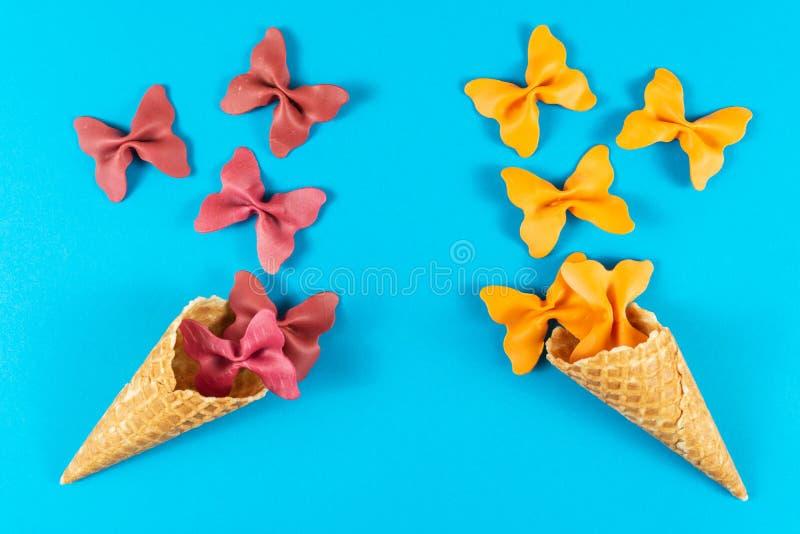 Kreativer Sommerplan gemacht von der Eistüte, von den Waffelkegeln und von farbigem Teigwarengrieß lizenzfreie stockfotografie