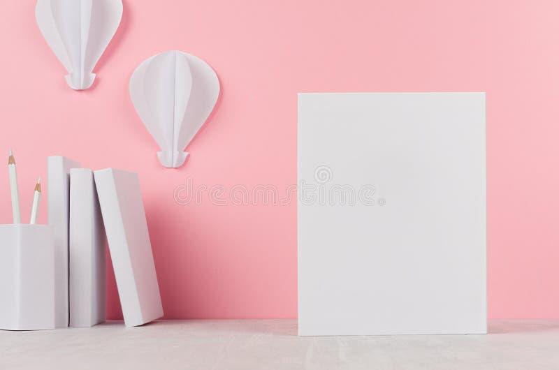 Kreativer Spott oben zurück zu Schule - weißes Briefpapier, leerer Briefkopf und Heißluftballonorigami auf weichem rosa Hintergru lizenzfreies stockbild