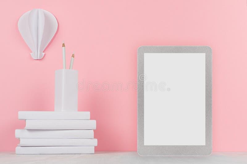 Kreativer Spott oben zurück zu Schule - weißes Briefpapier, leerer Tablettennotencomputer und dekorativer Heißluftballonorigami a stockfotos