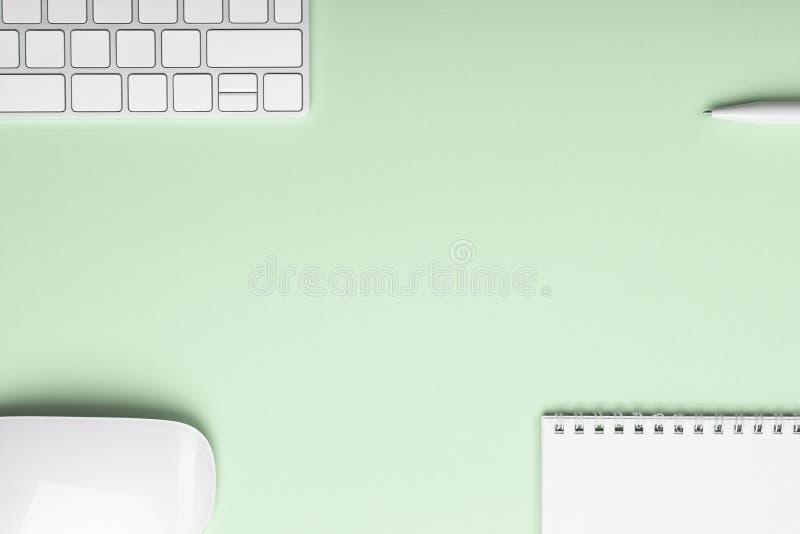 Kreatives Büro-hellgrüne Tabelle mit Computer-Tastatur-Maus lizenzfreies stockfoto