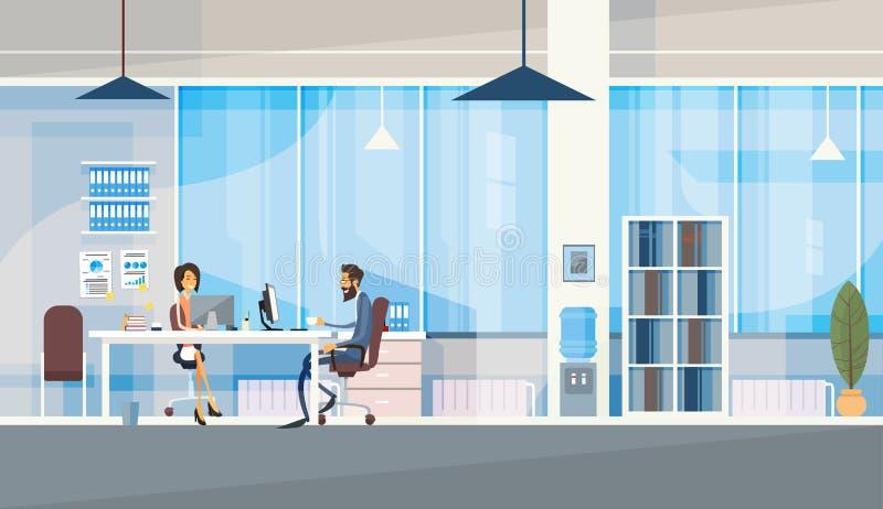 Kreatives Büro, welches die Mittelgeschäftsleute sitzen den Schreibtisch zusammenarbeitet Mit-arbeitet vektor abbildung