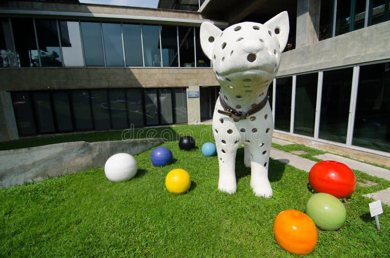 Kreatives Design ` Stelle weißer riesiger Hundeacrylsirupskulptur ` Ai Jood durch Künstler Wasinburee Supanichvoraparch lizenzfreies stockbild