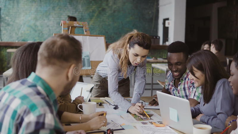 Kreatives Geschäftsteam, das Architekturprojekt bespricht Brainstorming der Mischrassegruppe von personen im modischen Büro stockbilder