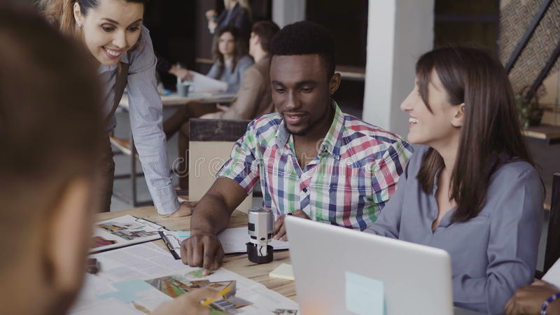 Kreatives Geschäftsteam, das Architekturprojekt bespricht Brainstorming der Mischrassegruppe von personen im modischen Büro lizenzfreie stockfotografie