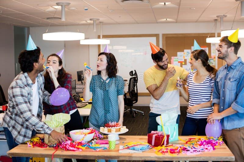 Kreatives Geschäftsteam, das Kollegegeburtstag feiert stockfoto
