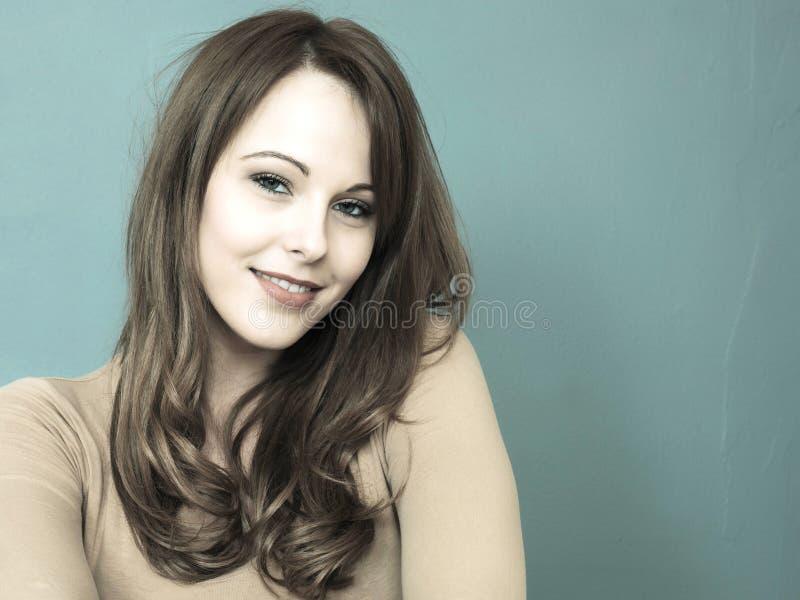 Kreatives getontes Porträt einer attraktiven jungen Frau, die betrachtet stockfoto