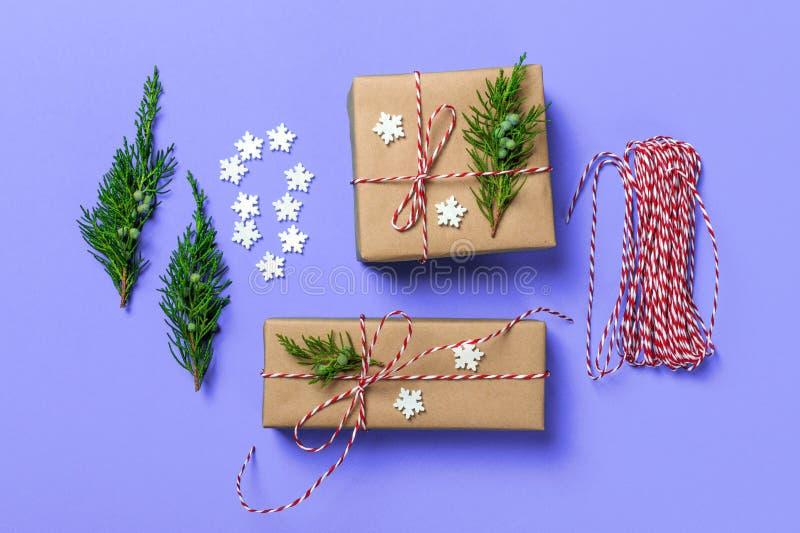 Kreatives Hobby Roter Kasten mit Bogen Verpackende moderne Weihnachtspräsentkartons im stilvollen blauen Papier mit rotem Band de lizenzfreies stockbild
