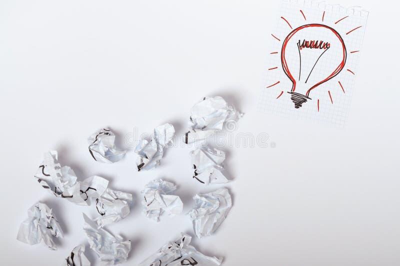 Kreatives Ideenkonzept mit Zeichnungszusammenfassungsskizze auf Papierblatt mit zerknittertem Papier stockfoto