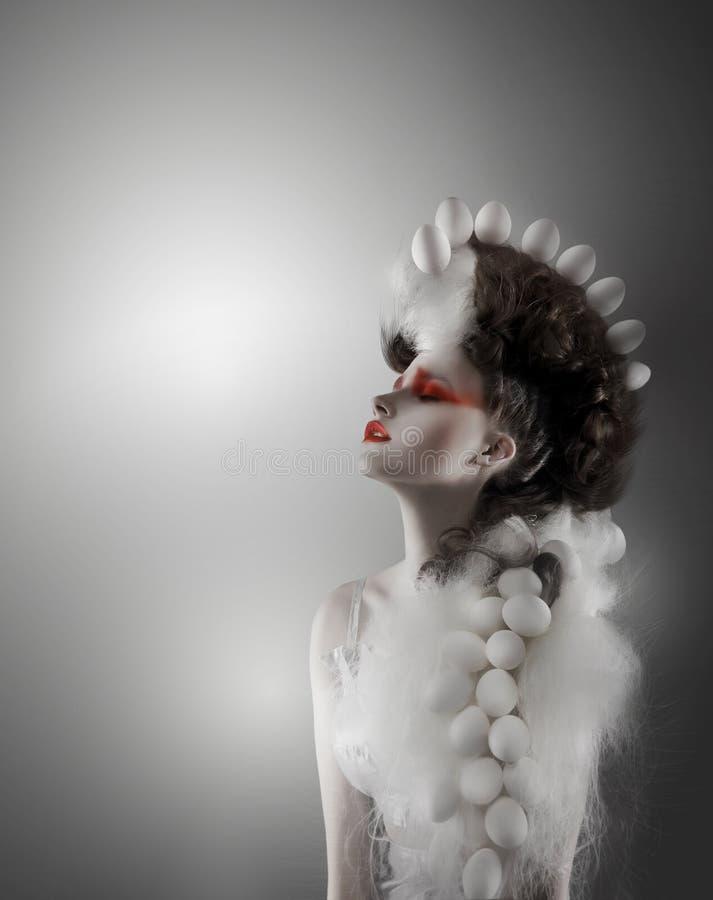 Kreatives Konzept Angeredete futuristische Frau mit fantastischem Headwear stock abbildung