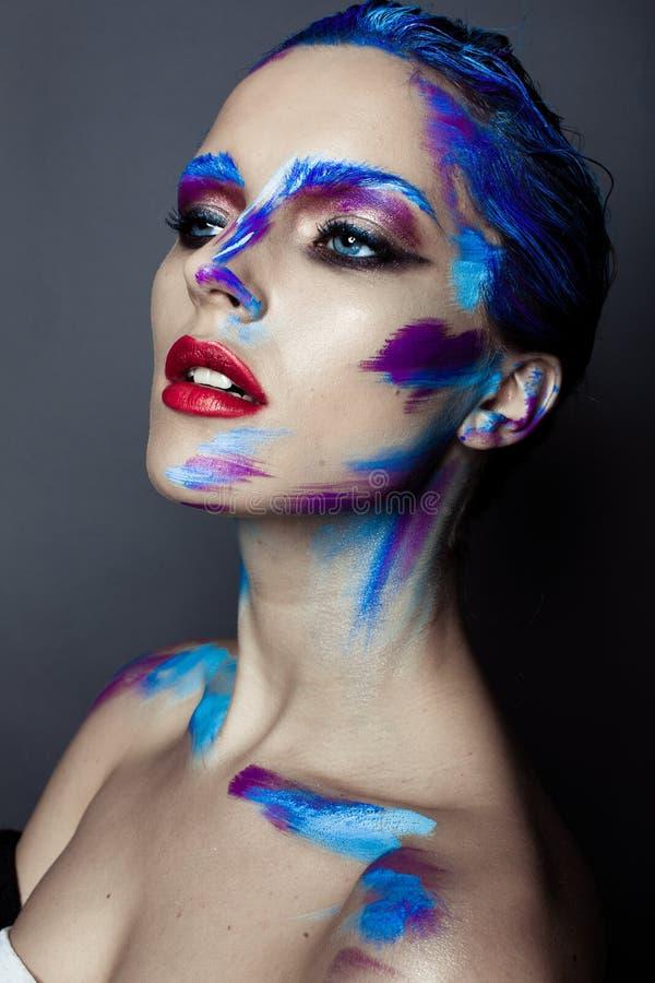 Kreatives Kunstmake-up eines jungen Mädchens mit blauen Augen lizenzfreie stockfotos