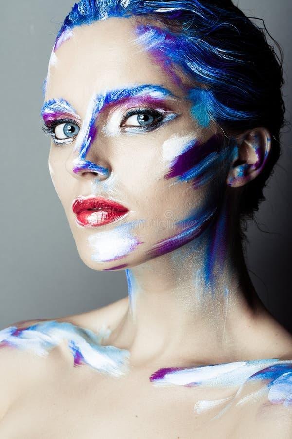 Kreatives Kunstmake-up eines jungen Mädchens mit blauen Augen lizenzfreies stockfoto