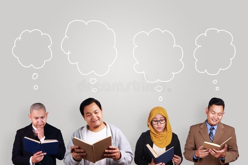 Kreatives Leute-Lesebuch stockbilder