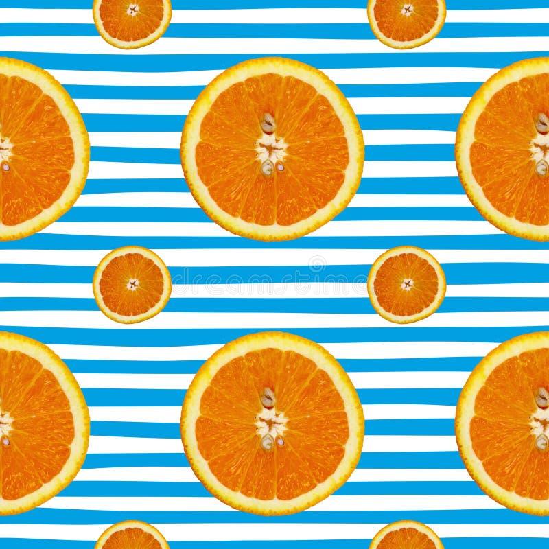 Kreatives Muster gemacht von der Orange auf dem Blau gestreift Chef gießt Olivenöl über frischem Salat in der Gaststätteküche stockbilder