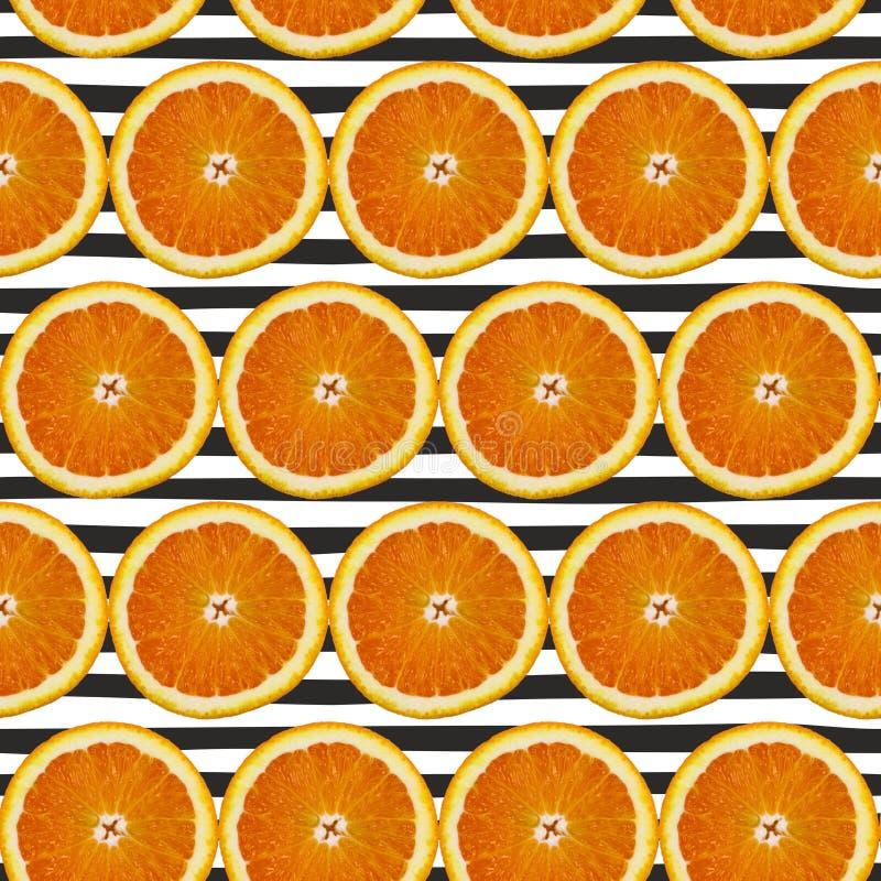 Kreatives Muster gemacht von der Orange auf Schwarzem gestreift Chef gießt Olivenöl über frischem Salat in der Gaststätteküche lizenzfreies stockbild