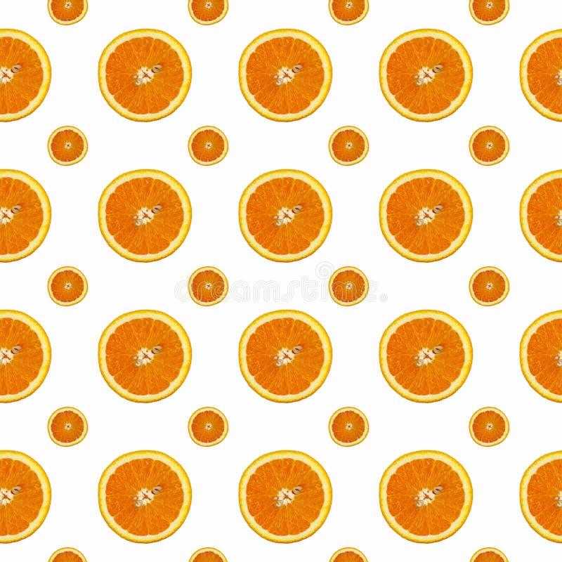 Kreatives Muster gemacht von der Orange auf weißem Hintergrund stockfoto