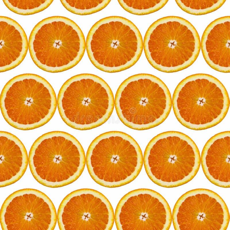 Kreatives Muster gemacht von der Orange auf weißem Hintergrund Flache Lage Chef gießt Olivenöl über frischem Salat in der Gaststä lizenzfreie stockbilder