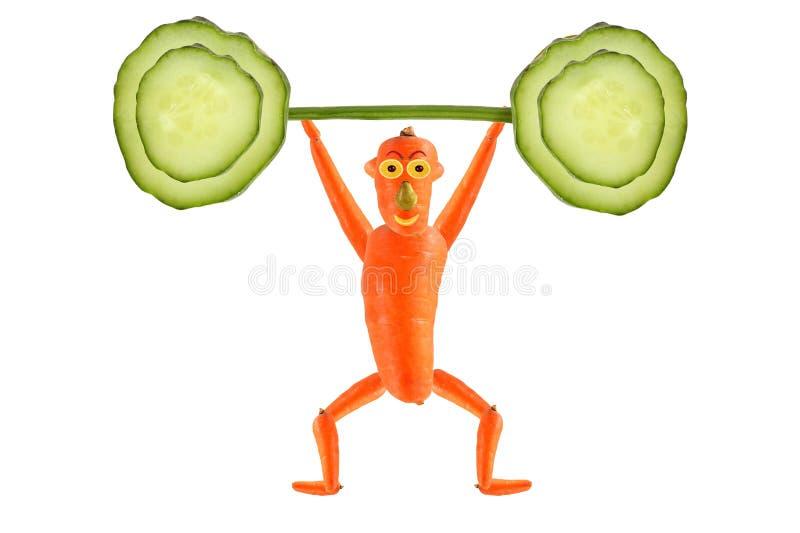 Kreatives Nahrungsmittelkonzept Lustige Karottenerhöhung die Stange der Gurke lizenzfreie abbildung
