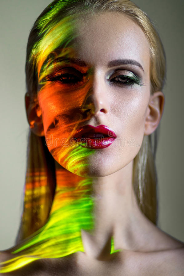 Kreatives Porträt der blonden Frau stockbilder