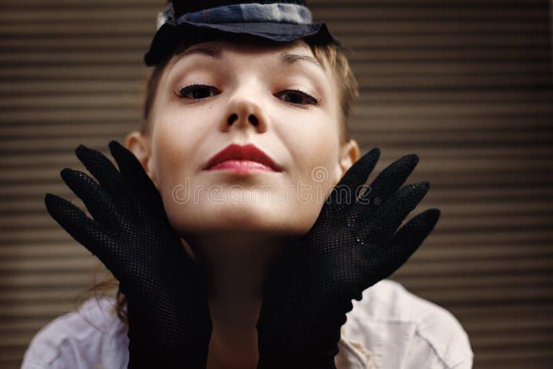 Kreatives Porträt der Frau in der Weinlese-Art stockfoto