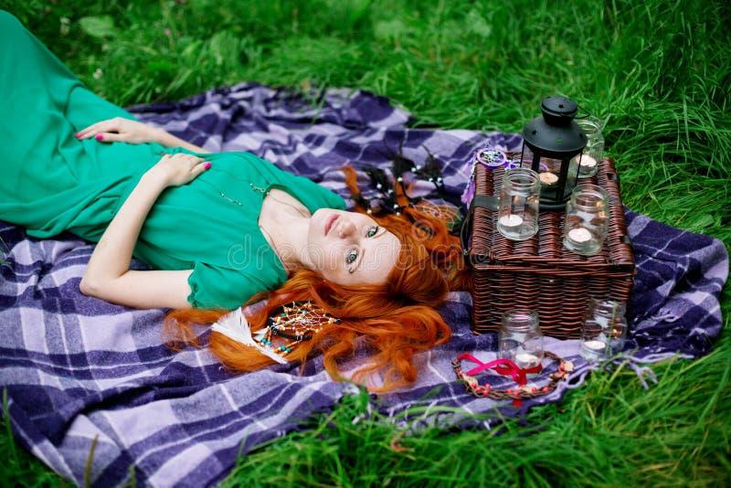 Kreatives Porträt der roten Haarfrau stockfoto