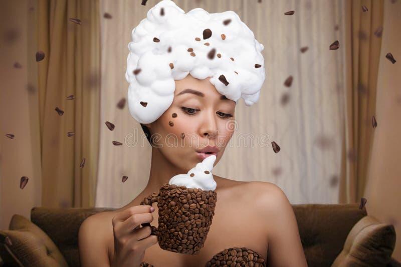 Kreatives Porträt der schönen lustigen Frau stockfoto