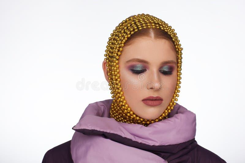 Kreatives Porträt einer interessanten Frau in einer ungewöhnlichen Art unter Verwendung des Chaplet Studio-Fotosession stockfoto