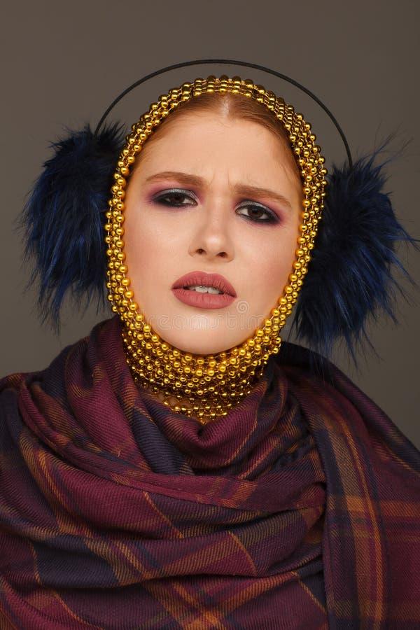 Kreatives Portr?t einer interessanten Frau in einer ungew?hnlichen Art unter Verwendung des Chaplet Studio-Fotosession lizenzfreie stockfotos