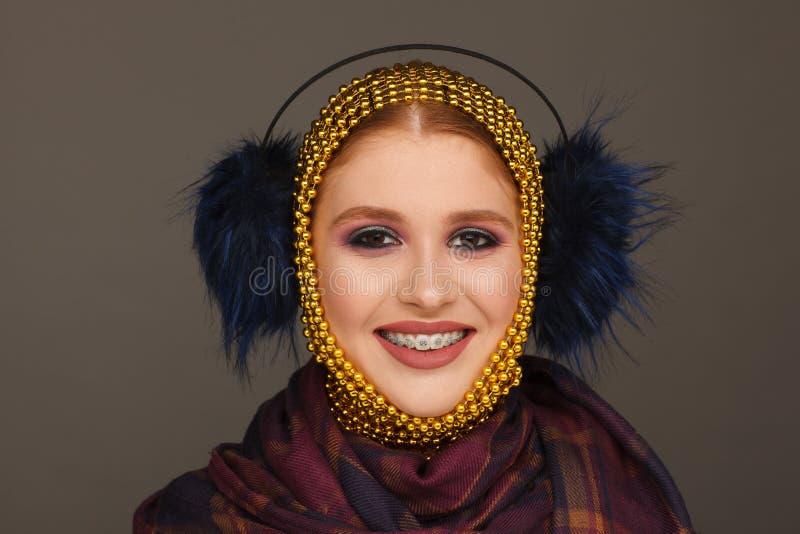 Kreatives Portr?t einer interessanten Frau in einer ungew?hnlichen Art unter Verwendung des Chaplet Studio-Fotosession stockfotos