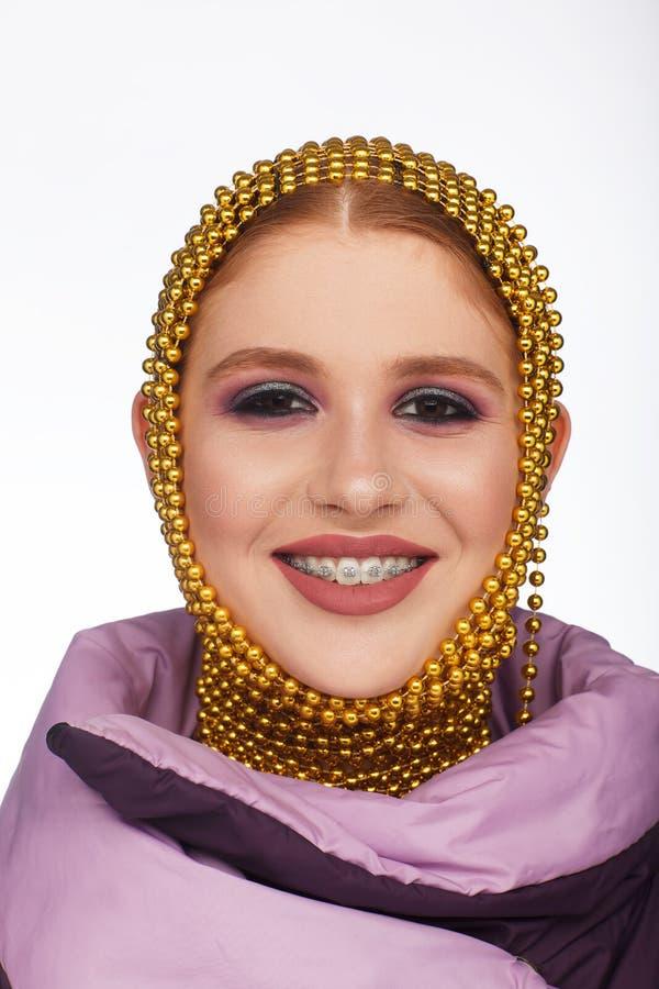 Kreatives Portr?t einer interessanten Frau in einer ungew?hnlichen Art unter Verwendung des Chaplet Studio-Fotosession stockbild