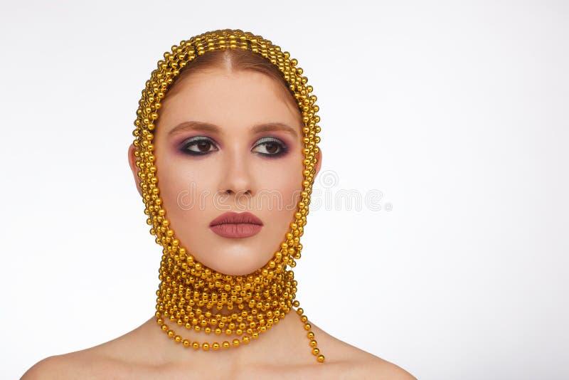 Kreatives Portr?t einer interessanten Frau in einer ungew?hnlichen Art unter Verwendung des Chaplet Studio-Fotosession stockfotografie