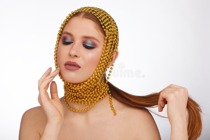 Kreatives Portr?t einer interessanten Frau in einer ungew?hnlichen Art unter Verwendung des Chaplet Studio-Fotosession lizenzfreie stockfotografie