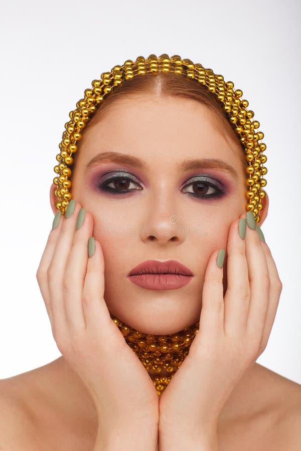 Kreatives Portr?t einer interessanten Frau in einer ungew?hnlichen Art unter Verwendung des Chaplet Studio-Fotosession lizenzfreie stockbilder