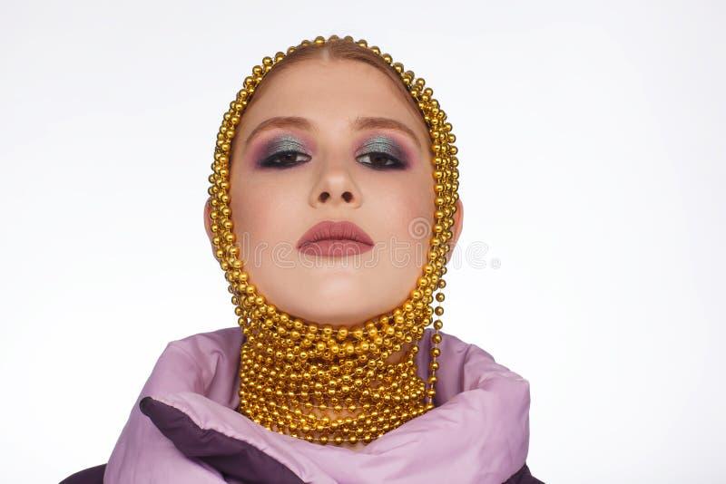 Kreatives Portr?t einer interessanten Frau in einer ungew?hnlichen Art unter Verwendung des Chaplet Studio-Fotosession lizenzfreies stockfoto