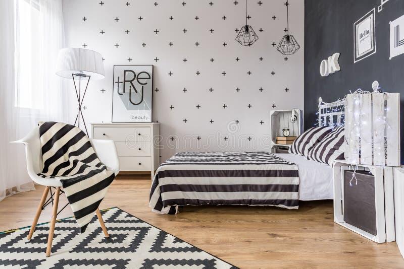 Kreatives Schwarzweiss-Schlafzimmer stockfoto