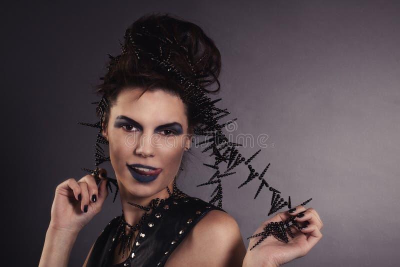 Sexy Frau Mit Schnecke Im Schwarzen Kleid. Mode. Gotisch