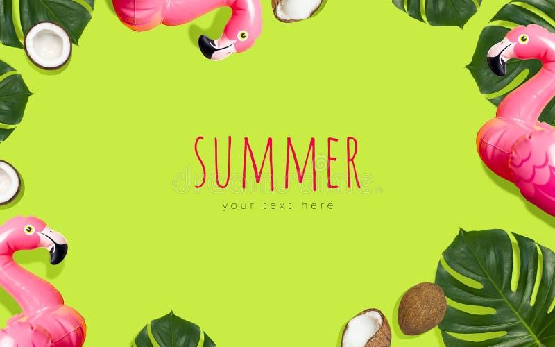 Kreatives Sommerstrandkonzept Tropische Kokosnuss monstera Blatt des aufblasbaren rosa Miniflamingos auf grünem Hintergrund, Pool lizenzfreies stockbild