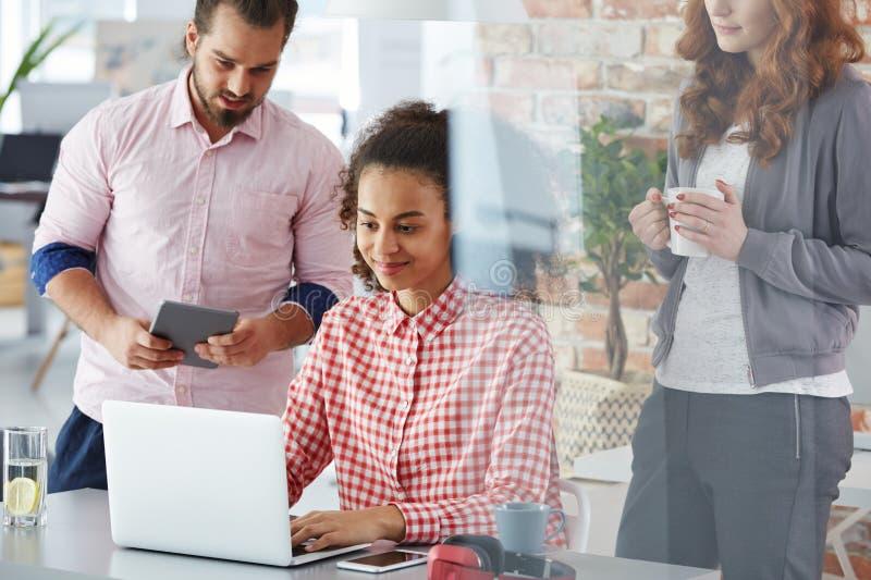 Kreatives Team, das neue Lösungen gedanklich löst stockbilder