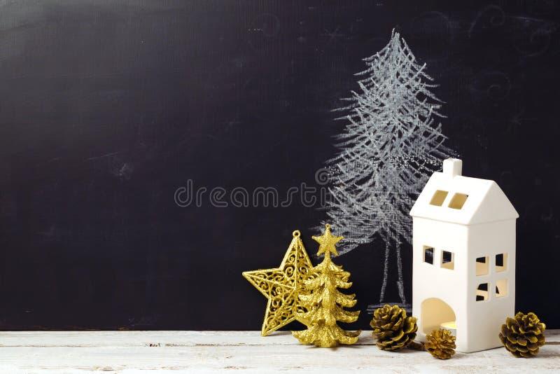 Kreatives Weihnachtsstillleben mit Dekorationen und Tafel lizenzfreie stockfotos