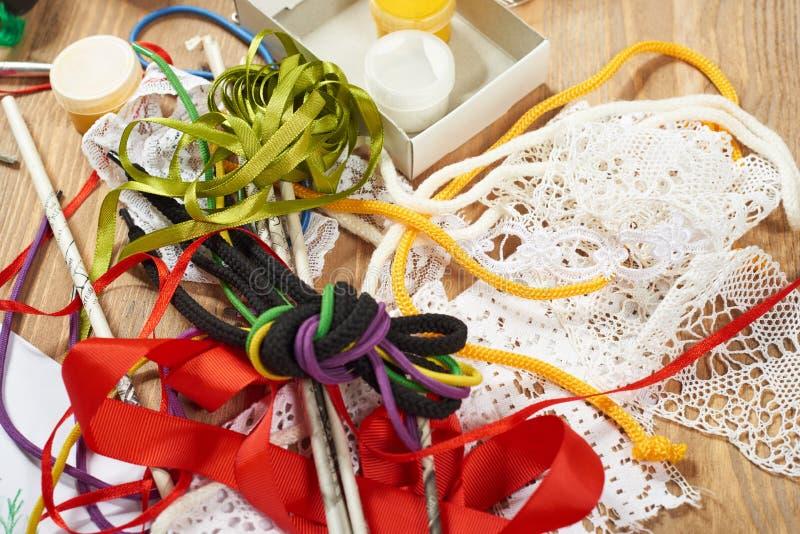 Kreatives Zubehör für die Herstellung des Handwerks und der Spielwaren, handgemachtes Konzept Draufsicht des Grafikarbeitsplatzes stockbild